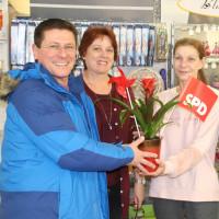 von links: Bürgermeisterkandidat René Wohlfart, Aushilfe im Laden Marika Heinrich und Gisela Bauer